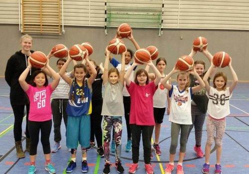 MBO unterstützt den BTB mit neuen Basketbällen
